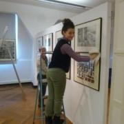 Alessandra Donnarumma und Annette Henatsch beim Aufbau der Ausstellung der 35. Leipziger Grafikbörse