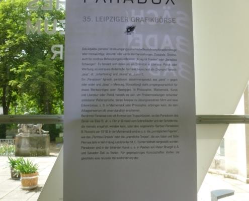 """Hinweistafel zur Ausstellung """"Paradox"""""""